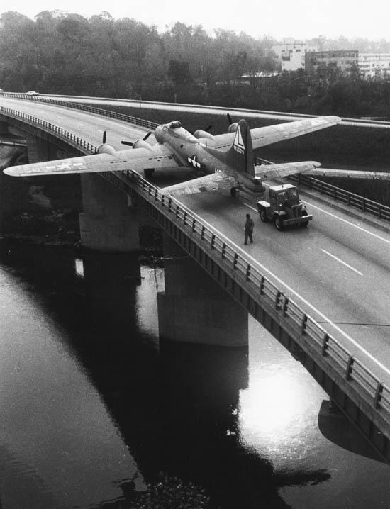 Бомбардировщик B-17 буксируется в музей