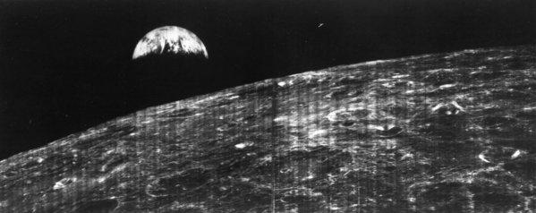 Первый вид на Землю с Луны, снят Lunar Orbiter 1. Космический аппарат был около 730 км над частью Луны, которую не видно с нашей планеты. 23 августа 1966.