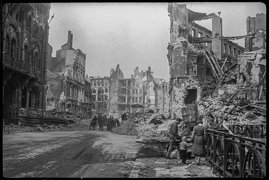 Уборка улиц Берлина. Май 1945 года.
