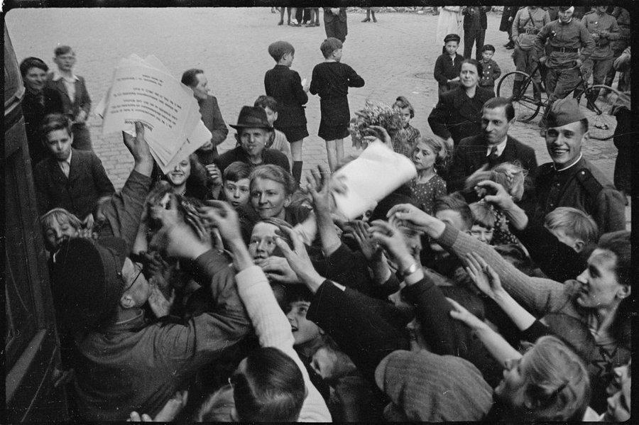 Раздача листовок с объявлениями о капитуляции германской армии. Берлин, 8 мая 1945 года.