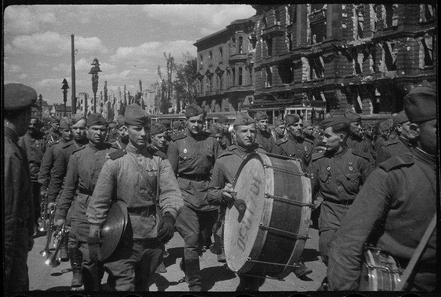 церемония торжественной отправки Знамени Победы в Москву. 20 мая 1945 года.