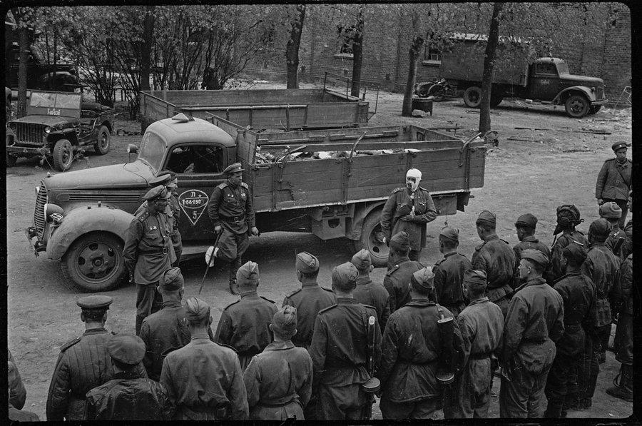 залп в память о танкистах, убитых во время боя. Восточная Германия. Апрель 1945 года.