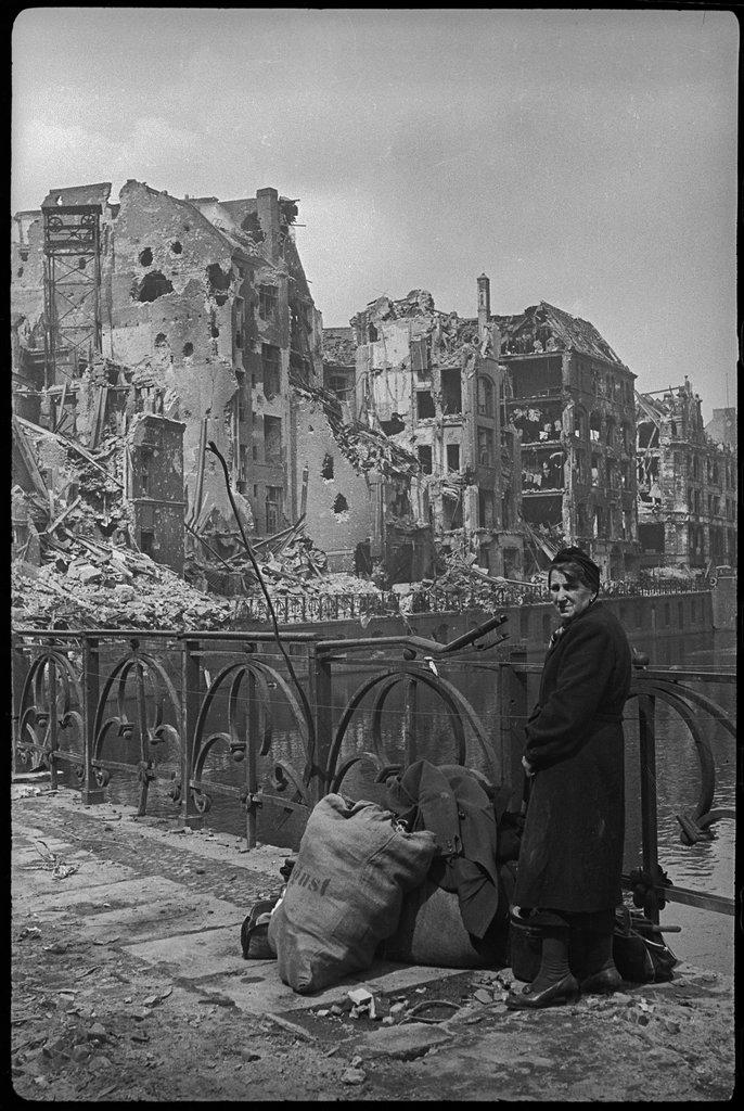 На мосту через реку Шпрее, Берлин. Май 1945 года.