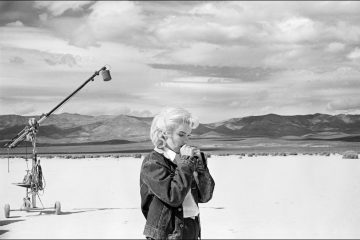 "USA. Nevada. US actress Marilyn MONROE on the Nevada desert going over her lines for a difficult scene she is about to play with Clarke GABLE in the film ""The Misfits"" by John HUSTON. 1960."
